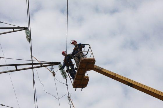 Ураган в Тверской области валит деревья и обрывает провода