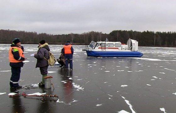 Спасатели МЧС начали гонять рыбаков с тонкого льда
