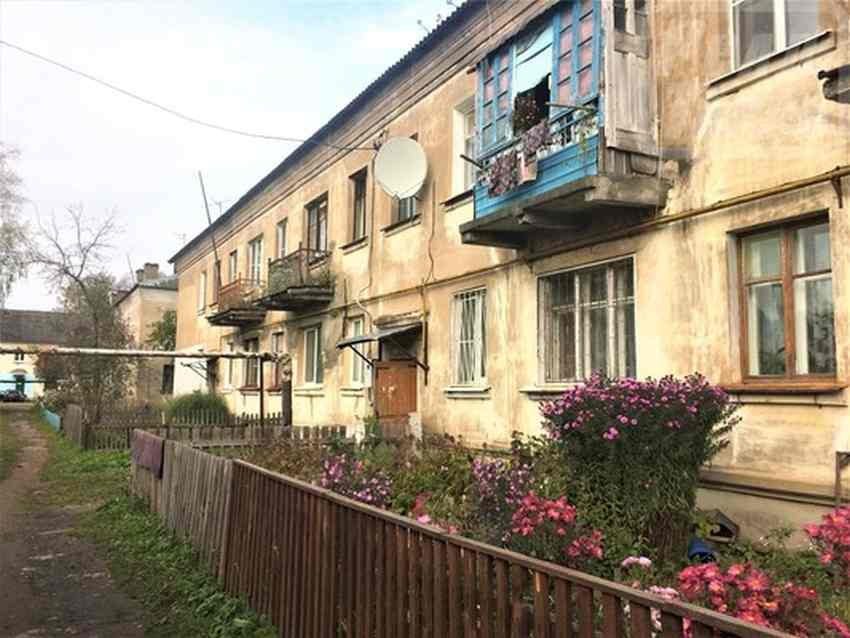 «Рычит всю ночь»: из-за соседки в Васильевском Мхе целый дом не спал полгода