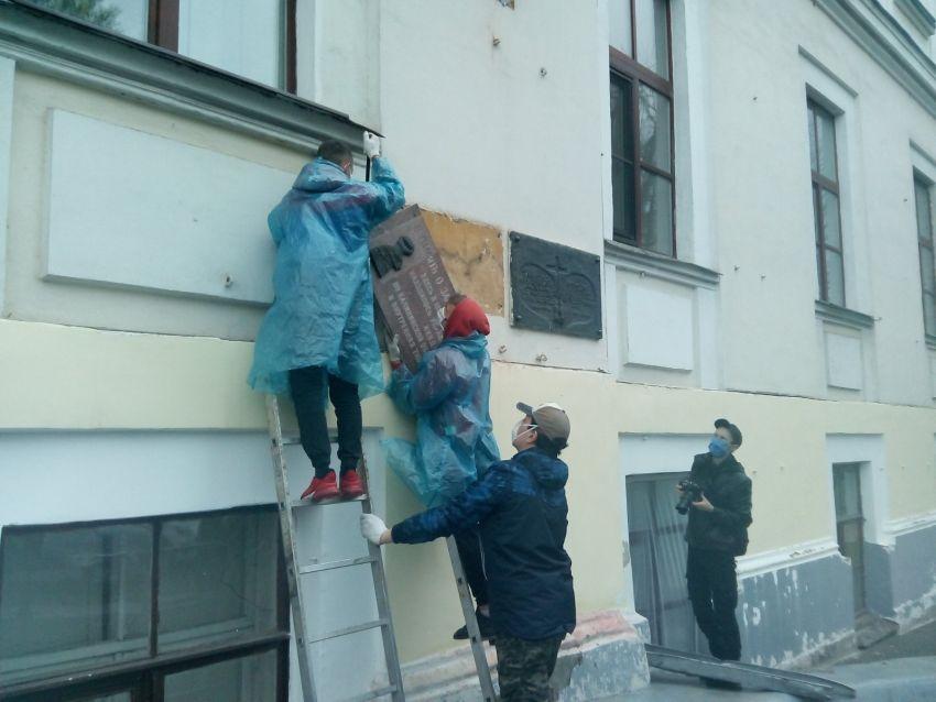 По требованию прокуратуры в Твери демонтирован исторический экспонат. Видео