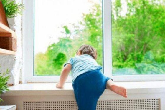 В Тверской области выпал из окна трехлетний малыш