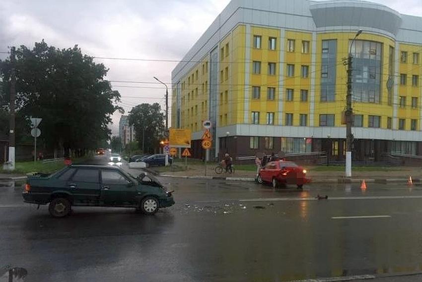 В Твери водитель скрылся после ДТП у здания судов