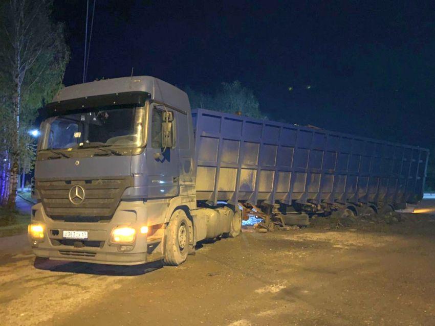 В Бежецке грузовик завяз в асфальте