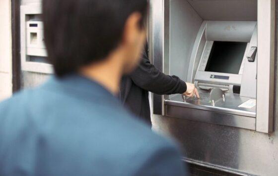 В Твери заподозрили в краже мужчину, забравшего из банкомата деньги нетерпеливого клиента
