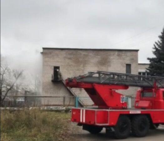 В Кимрах загорелась пристройка рядом с детским садом на улице Школьная | Видео