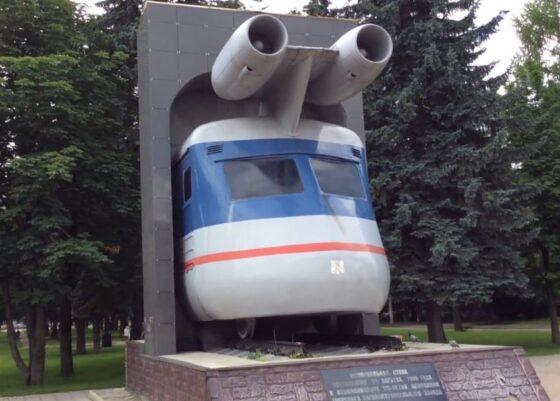Реактивный поезд из Твери обходит терминатора и дворника в финале скульпТУТУра