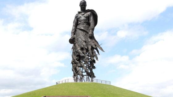 Журналистку из Японии поразил Ржевский мемориал и тверские поисковики