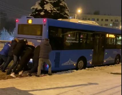 Жители Твери выталкивают автобусы из сугробов