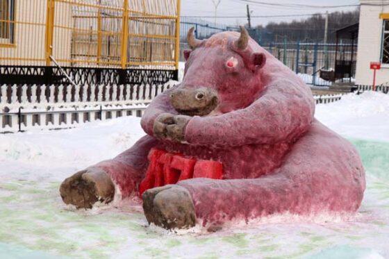 В Тверской области заключенные  слепили из снега  Афанасия Никитина и черепаху Тортиллу