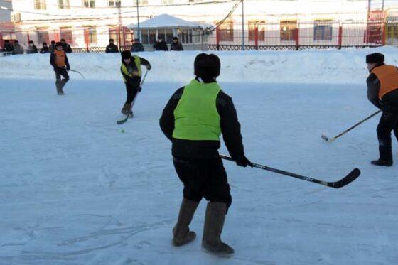Заключенные сыграли в хоккей мячом и в валенках