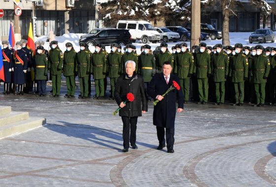 Игорь Руденя и Владимир Васильев возложили цветы к стеле «Город воинской славы»