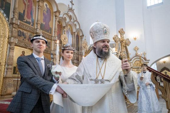 В Тверской области митрополит Амвросий повенчал две семьи будущих священников