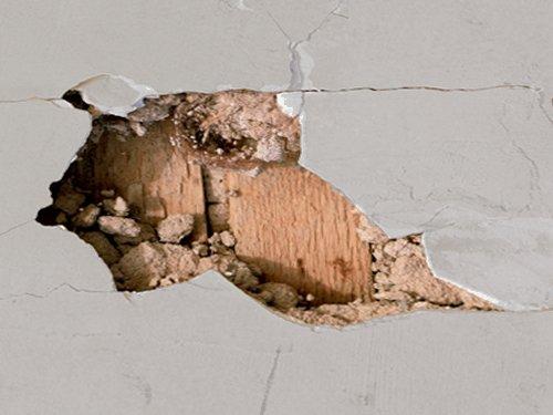 В Твери с жилого дома падает штукатурка
