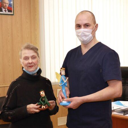 Главврачу Кимрской ЦРБ подарили ангела, сделанного своими руками