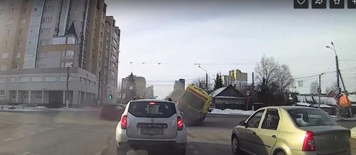 """Опубликован момент столкновения машины """"скорой"""" с иномаркой"""