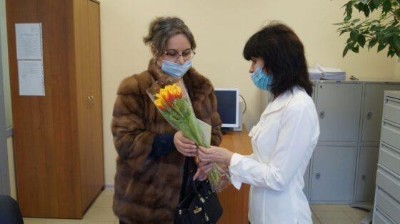 В Твери желающим уехать за границу женщинам дарили цветы