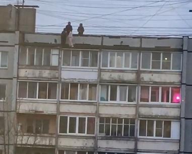 Опубликовано видео, как в Твери дети рискуют жизнью на крыше многоэтажки