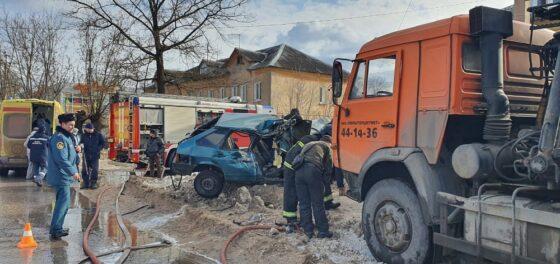 «Девятка» с подростками в Твери попала под колеса грузовика. ВИДЕО