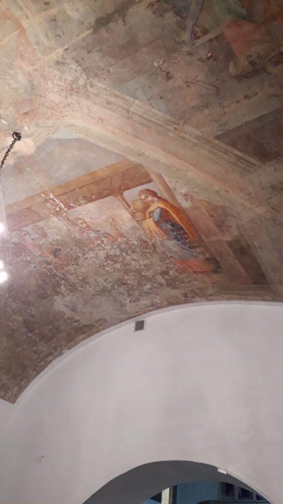 Во время ремонта в старинном храме в Тверской области открылись двухслойные фрески