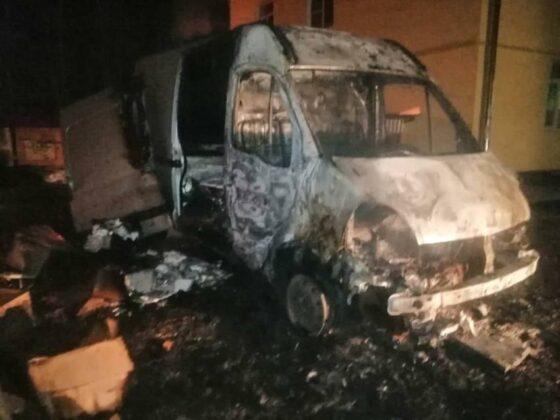 В центре Ржева ночью сгорел фургон