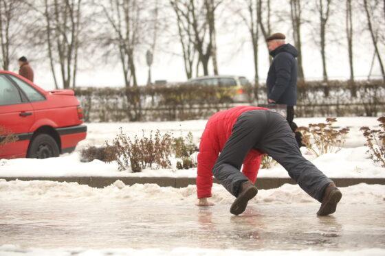 В Сонково за гололед во дворах наказали УК