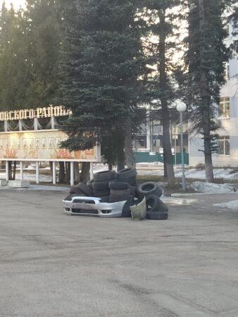 В поселке Тверской области появилась странная инсталляция у администрации