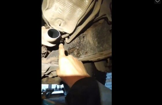 Появилось видео, как в Твери срезают катализаторы с машин