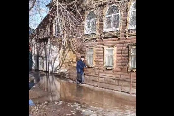 Жители Тверской области вынуждены переходить улицы вброд