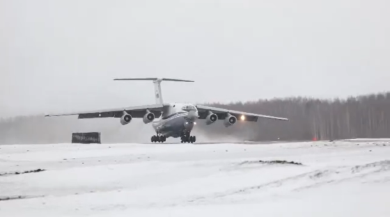 Опубликовано видео, как молодые военные летчики строем пролетели над Тверью