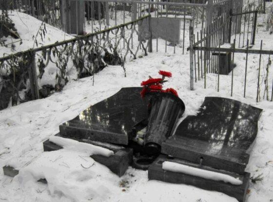 В Конаково вандалы разгромили могилы