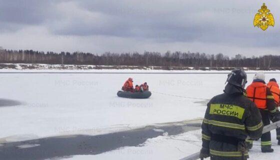 На Волге в Твери мужчину унесло от берега на льдине