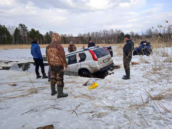 Внедорожник провалился под лед на Селигере