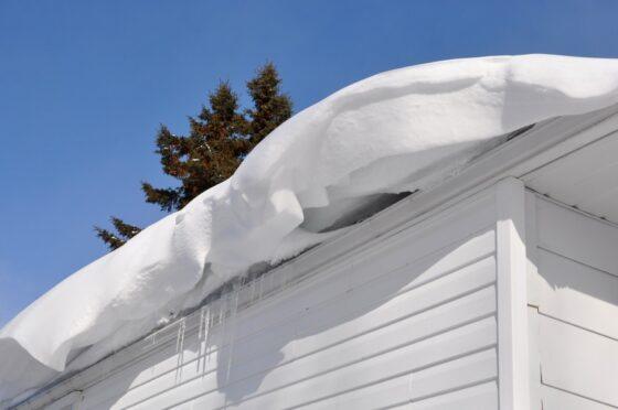 В Тверской области пенсионер погиб, счищая снег с крыши