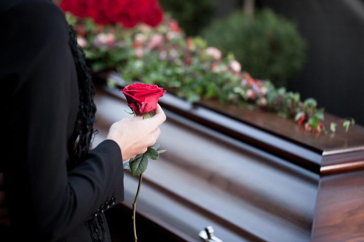 В Тверской области директор похоронной фирмы обманул вдову