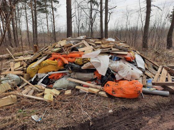 В Твери с Камаза сбросили гору строительного мусора