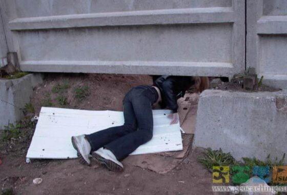 Под Тверью мужчина пролез под забором, чтобы украсть запчасти