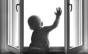 В Твери из окна выпал пятилетний ребенок