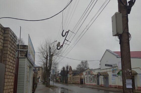 В Торжке на электропроводах висит огромная железка с гвоздями