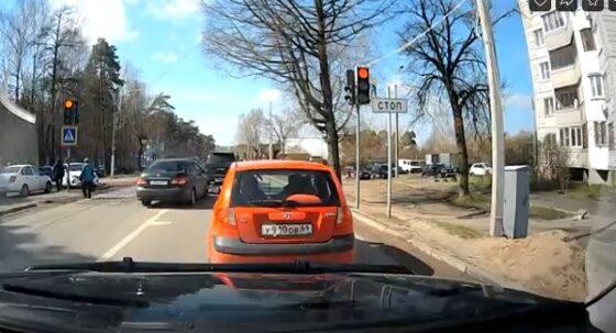 В Твери машины массово едут на красный