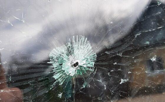 В Торжке неизвестные прострелили боковое стекло машины