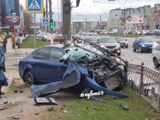 В Твери на перекрестке серьезно пострадали две машины