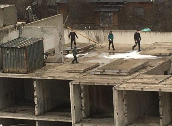 В Тверской области подростки бегают по недострою, рискуя жизнью