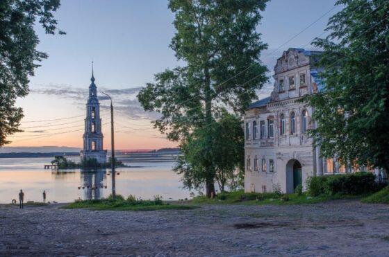 Жители Калязина возмущены вырубкой тополей на набережной у затопленной колокольни