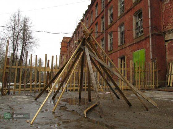 В Вышнем Волочке жители поставили у разрушающейся фабрики фигвам