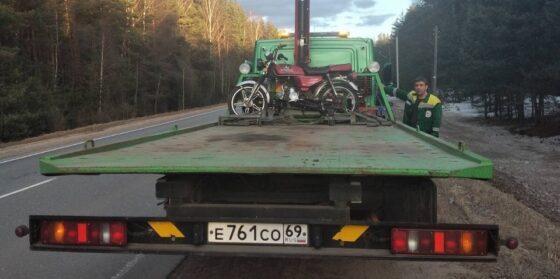 Под Тверью остановили несовершеннолетнего парня на мотоцикле