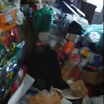 В Кимрах в квартиру пенсионера невозможно зайти из-за мусорных завалов