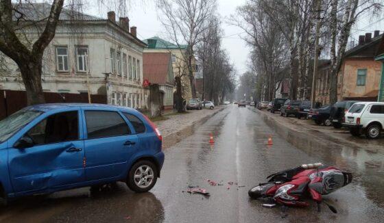 В Осташкове  водитель легковушки на обочине  столкнулся с мотоциклистом