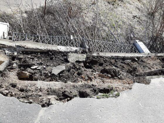 В Твери у поворота на старый мост обрушилось ограждение