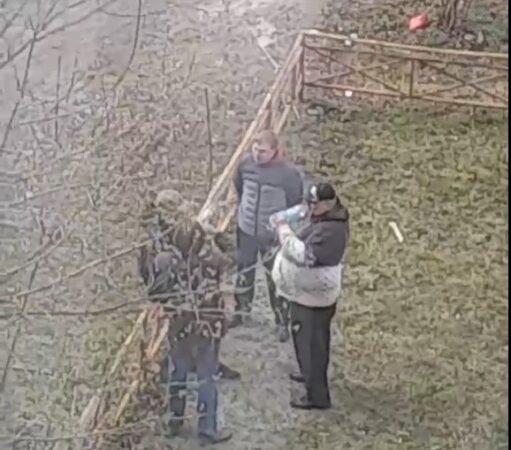 Опубликовано видео, как в Твери мужчины пьют на детской площадке