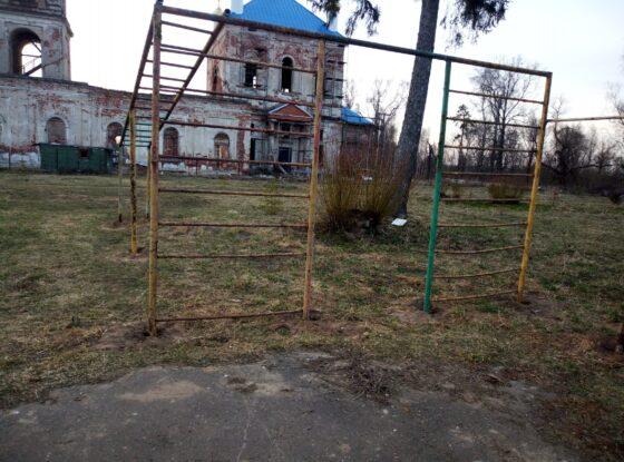 Под Тверью  активисты ОНФ  нашли опасную для жизни детскую площадку